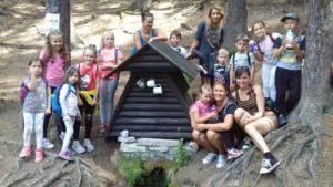 Během příměstského tábora čeká na děti i výlet do přírody. V červenci se vydaly k lesní studánce poblíž Chocně.